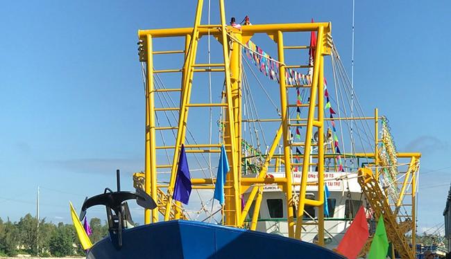 Sáng 22/12, Quỹ hỗ trợ ngư dân tỉnh Quảng Ngãi đã tiến trao tàu cá vỏ thép QNg 98959TS cho ngư dân từng bị Trung Quốc đâm chìm tàu ở Hoàng Sa.