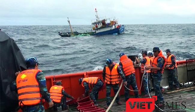 Tàu Cảnh sát biển Vùng 2 vừa cứu nạn thành công tàu cá và 8 ngư dân Đà Nẵng bị nạn trên biển