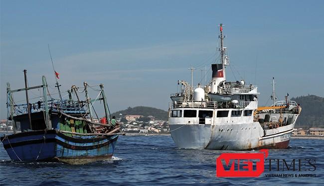 Hải quân vùng 3 lai dắt tàu cá bị nạn trên biển về bờ