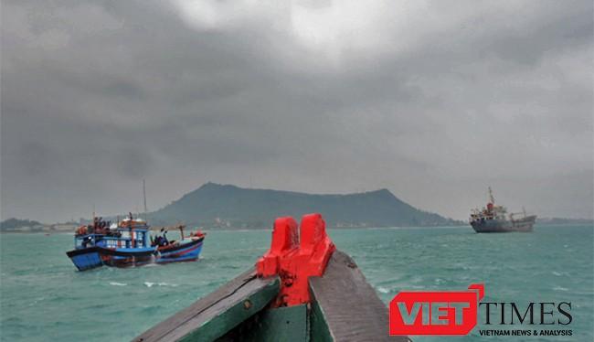 Chiều ngày 1/12, tàu cá QNg 92823TS cùng 11 ngư dân bị nạn trên biển Hoàng Sa đã được tàu Hải quân Vùng 3 lai dắt về Lý Sơn.