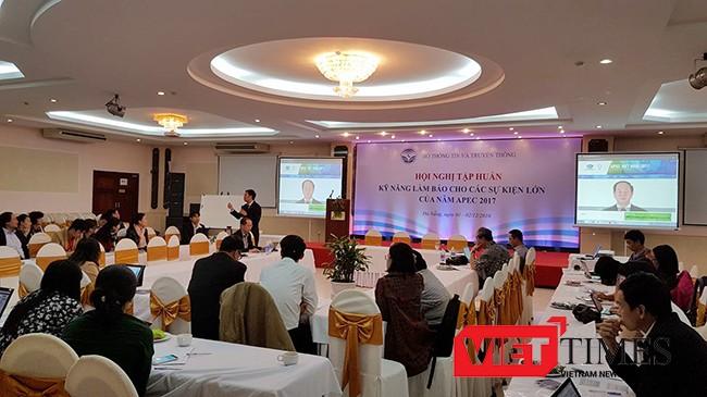 """Sáng 1/12, tại Đà Nẵng, Bộ TT-TT đã tổ chức Hội nghị """"Tập huấn Kỹ năng làm báo cho các sự kiện lớn-APEC"""" với sự tham dự của đại diện Vụ Thông tin báo chí, Bộ Ngoại giao"""
