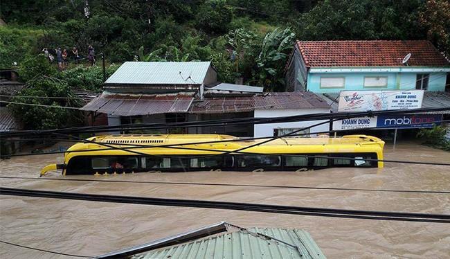 Mưa lũ kéo dài do ảnh hưởng của bão và không khí lạnh khiến 9 người dân của 2 tỉnh Quảng Ngãi và Bình Định bị thương vong, 260 hộ dân di dời khẩn cấp do mưa lũ
