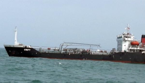 Tàu SWIFT bị tam giữ cùng tang vật để phục vụ công tác điều tra. (Ảnh: Báo Biên phòng)