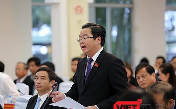 Đại biểu Lê Minh Trung, Bí thư Quận ủy Thanh Khê thảo luận tại ngày họp thứ 2, Kỳ họp thứ 3, HĐND TP Đà Nẵng khóa IX diễn ra sáng 7/12.