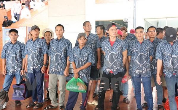 Các ngư dân tại sân bay Soekarno Hatta, Indonesia trước khi về nước. (Ảnh: Đỗ Quyên/Vietnam+)