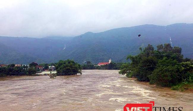 """Tính đến chiều 16/12, đã có 14 hồ thủy điện trên địa bàn các tỉnh miền Trung thi nhau xả lũ, nhiều thủy điện xả """"hết cỡ"""" khiến hạ du các sông từ Thừa Thiên Huế đến Khánh Hòa ngập nặng nề."""
