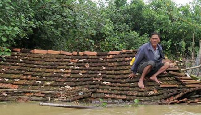 Mưa lũ diễn ra từ ngày 12/12-17/12 khiến Bình Định thiệt hại nặng nề nhất trong các địa phương khi có đến 87 phường, xã/11 huyện bị chìm sâu trong lũ; 11 người chết; 2 người mất tích...