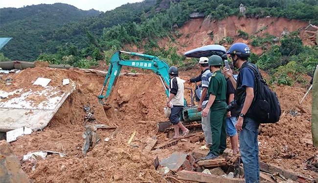 Lực lượng cứu hộ đang nổ lực cứu các nạn nhân bị mắc kẹt dưới đống đỗ nát trong vụ lở núi kinh hoàng ở hôn Phước Lộc, xã Phước Đồng, TP Nha Trang (ảnh: Mai Khuê-Dân Việt)