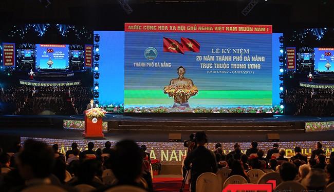 Sáng 31/12, tại Cung thể thao Tiên Sơn, Thành ủy, HĐND, UBND, UBMTTQVN TP Đà Nẵng tổ chức Lễ Mitting kỷ niệm 20 năm TP Đà Nẵng trực thuộc Trung ương (1/1/1997-1/1/2017).