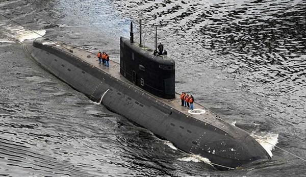 Tàu ngầm Bà Rịa-Vũng Tàu được lai dắt ra vịnh Phần Lan để thử nghiệm ngày 10/9/2016 (ẢNH: LIVEJOURNAL)