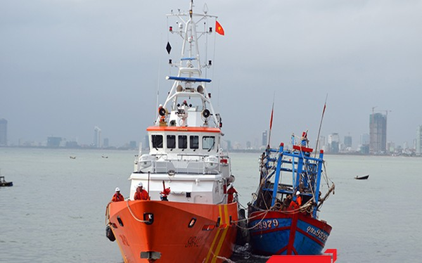 Tàu SAR 412 lai dắt tàu cá QNa 95979 TS bị nạn, có nguy cơ bị chìm ở Hoàng Sa veef bờ