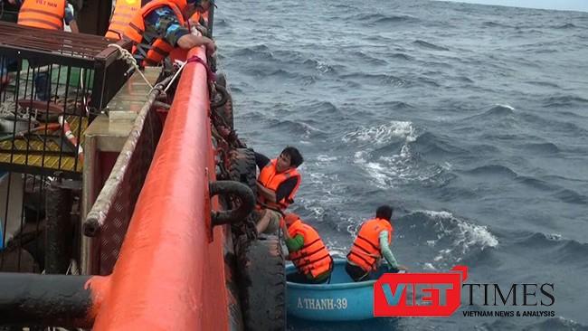 toàn bộ 9 ngư dân trên tàu cá BV 7804TS đã được đưa về bờ.
