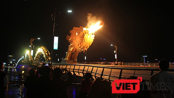 cầu Rồng sẽ phun nước, phun lửa vào ban đêm phục vụ người dân và du khách từ 26/01-29/01 (tức các đêm 29, 30 tháng Chạp năm Bính Thân và mồng 01, 02 tháng Giêng năm Đinh Dậu).