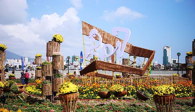 Sau chuỗi ngày mưa thất thường, ngày 27/1 (30 tháng Chạp), Đà Nẵng bừng nắng khiến cả TP trở nên rực rỡ bởi đèn trang trí và cờ hoa.
