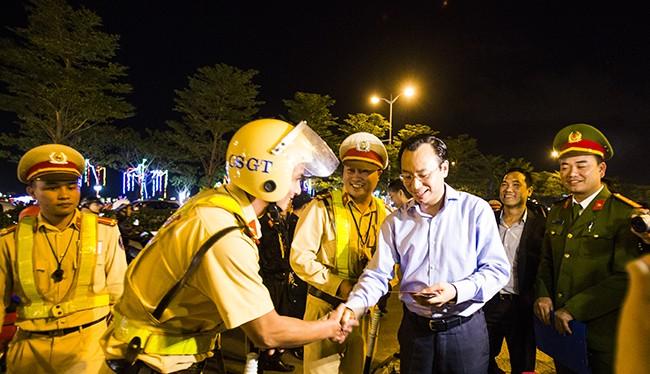 Bí thư Thành ủy Đà Nẵng đã đến thăm, động viên và lì xì cho lực lượng CSGT, CSTT làm việc tại điểm nút giao thông phía Tây cầu Rồng vào đêm 30 Tết Đinh Dậu