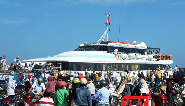 Chỉ trong 2 ngày, Mùng 3 và Mùng 4 Tết nguyên đán Đinh Dậu, đã có hơn 4 ngàn khách du lịch từ đất liền du xuân thăm quan đảo Lý Sơn.