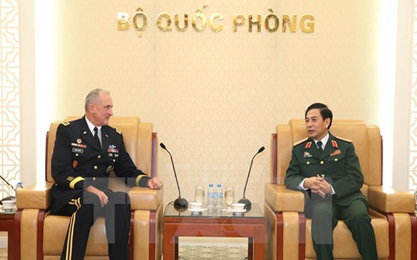 Trung tướng Phan Văn Giang, Tổng Tham mưu trưởng, Thứ trưởng Bộ Quốc phòng tiếp Đại tướng Robert Brown, Tư lệnh Lục quân Thái Bình Dương Hoa Kỳ. (Ảnh: Hồng Pha/TTXVN phát)