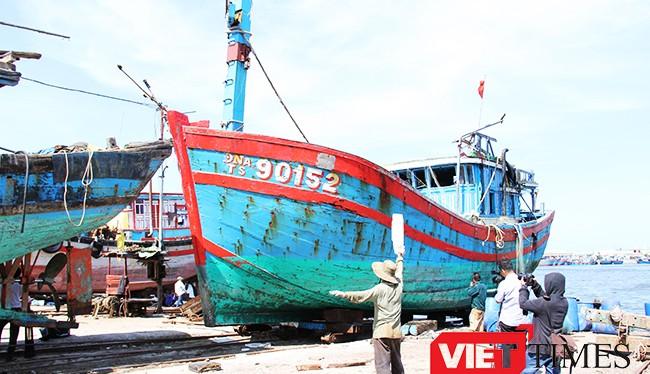 Tàu cá ĐNa 90152 được trục vớt sau khi được lai dắt về Đà Nẵng