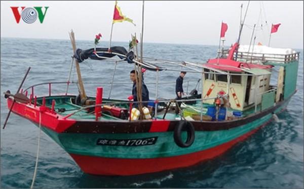 Tàu cá Trung Quốc vi phạm vùng biển Việt Nam bị bắt giữ và xử lý (ảnh VOV)
