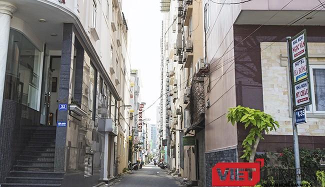 """Những khách sạn nhỏ mọc """"chi chít"""" trong một tuyến đường nhỏ ven biển thuộc khu vực phường Phước Mỹ (quận Sơn Trà, Đà Nẵng) được ví như """"vết xe đổ"""" mà TP HCM từng vấp phải."""