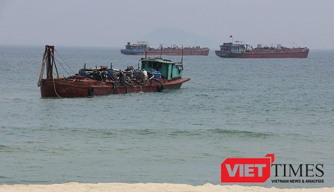 Sà lan tại Dự án nạo vét đảm bảo giao thông khu vực Cửa Đại (Quảng Nam) và nghi vấn hút trộm cát chở ra Đà Nẵng