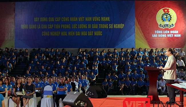 Sáng 22/4, tại Cung thể thao Tiên Sơn (Đà Nẵng), Thủ tướng Chính phủ Nguyễn Xuân Phúc đã có buổi đối thoại trực tiếp với khoảng 2.000 công nhân, người lao động thuộc các khu công nghiệp, khu chế xuất trên địa bàn vùng kinh tế trọng điểm miền Trung đến từ