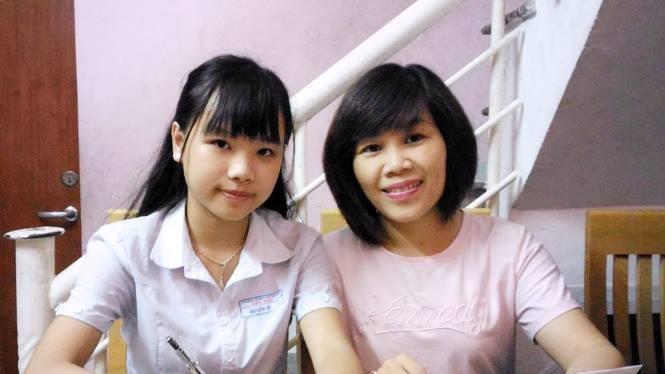 Nguyễn Đỗ Huyền Vi và mẹ. Ảnh: An Dy