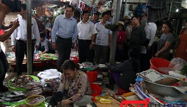 Sau khi nhận đơn của tiểu thương tại một số chợ trên địa bàn quận Sơn Trà, Chủ tịch UBND TP Đà Nẵng Huỳnh Đức Thơ đã xuống tận từng quầy sạp để lắng nghe ý kiến.