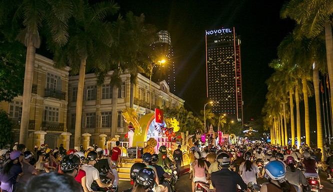 Tối ngày 4/5, Lễ hội đường phố Đà Nẵng-hoạt động đồng hành lớn thứ hai trong khuôn khổ Lễ hội pháo hoa Đà Nẵng DIFF 2017 đã sẵn sàng bằng đêm tổng duyệt tưng bừng đầy hứng khởi với những màn biểu diễn nghệ thuật hoạt náo, những xe hoa trang trí rực rỡ.