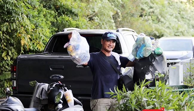 """Anh Đào Đặng Công Trung, người """"nghiện"""" nhặt rác ở Sơn Trà!"""