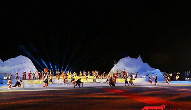 """Tối 9/6, tại Quảng trường biển Tam Thanh (TP Tam Kỳ, Quảng Nam), """"Festival Di sản Quảng Nam"""" lần thứ VI năm 2017 đã chính thức khai mạc với sự tham dự của hơn 1.000 nghệ sỹ trong và ngoài nước."""