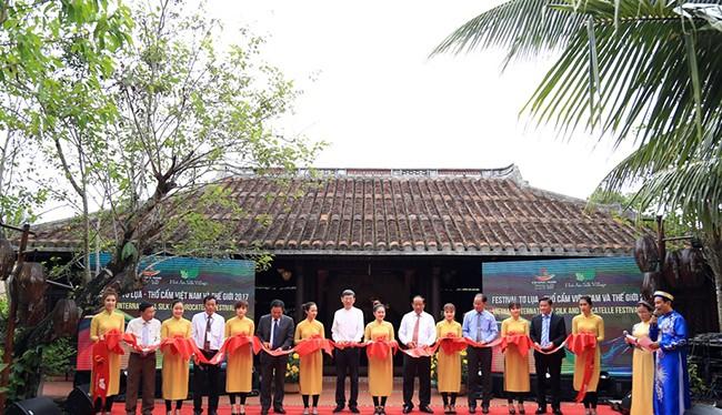 12 làng nghề tơ lụa, thổ cẩm danh tiếng của Việt Nam và nhiều quốc gia trong khu vực đã cùng góp mặt tại Làng lụa Hội An (TP.Hội An, Quảng Nam) để tham dự Festival Tơ lụa, thổ cẩm Việt Nam - châu Á 2017.