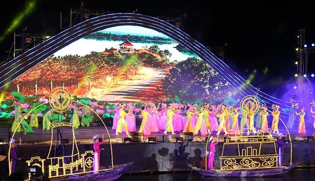 Tối 14/6, tại Quảng trường Sông Hoài (Hội An, Quảng Nam), Festival Di sản Quảng Nam lần thứ VI-2017 đã chính thức khép lại sau 1 tuần hoạt động với những kỷ niệm sâu sắc trong mắt bạn bè, du khách.