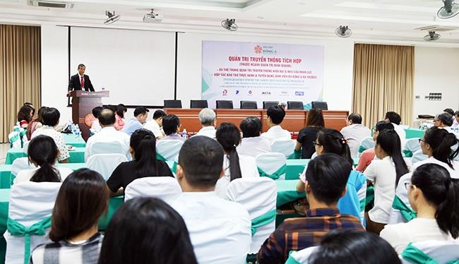 Ngày 17/06, tại Đại học Đông Á, gần 10 đơn vị và doanh nghiệp hoạt động trong nhiều lĩnh vực khác nhau đã ký kết hợp tác đào tạo thực hành và tuyển dụng sinh viên ngành Quản trị truyền thông tích hợp ĐH Đông Á làm việc tại đơn vị sau khi tốt nghiệp.
