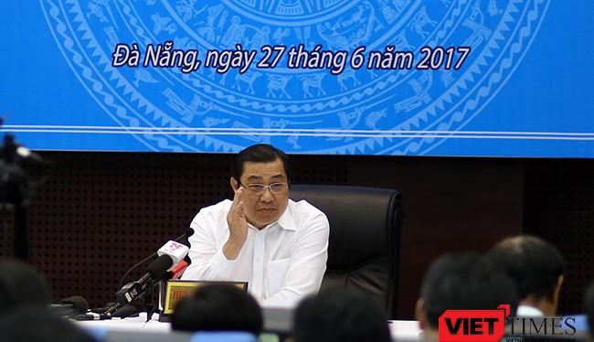 Ông Huỳnh Đức Thơ, Chủ tịch UBND TP Đà Nẵng trả lời câu hỏi tại Họp báo thường kỳ 6 tháng đầu năm 2017