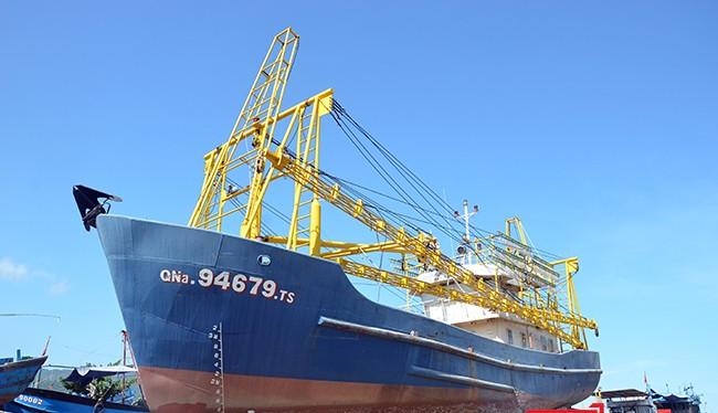 Tầu cá vỏ thép QNa 94679TS của ngư dân Trần Văn Liên (Quảng Nam) nằm bờ do hư hỏng suốt hơn 1 năm qua