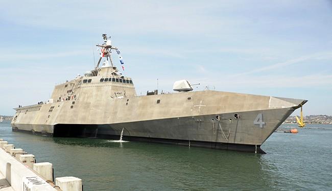 Đội tàu Hải quân Mỹ gồm chiến hạm USS Coronado và tàu cứu hộ USNS Salvor cùng gần 120 thủy thủ đã cập cảng Cam Ranh, chính thức chuyến thăm tỉnh Khánh Hòa trong 5 ngày.