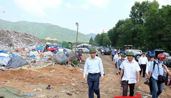 Ông Nguyễn Xuân Anh-Bí thư Thành ủy, Chủ tịch HĐND TP Đà Nẵng trong chuyến thị sát bãi rác Khánh Sơn sau những phản ứng của người dân về tình trạng ô nhiễm nghiêm trọng diễn ra tại đây