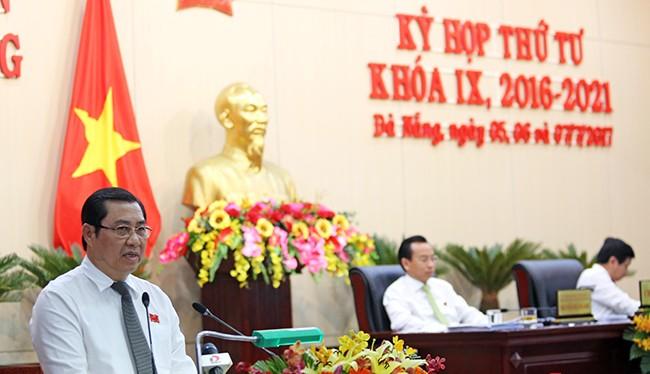 Ông Huỳnh Đức Thơ, Chủ tịch UBND TP Đà Nẵng phát biểu tiếp thu ý kiến các đại biểu HĐND diễn ra sáng 7/7.