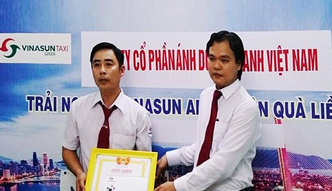 Giám Đốc Vinasun Green Đà Nẵng đã trao giấy khen và thưởng nóng cho tài xế Trần Viết Thêm vì đã bảo quản và trả lại tài sản có giá trị 1 tỷ đồng cho khách bỏ quên trên xe.