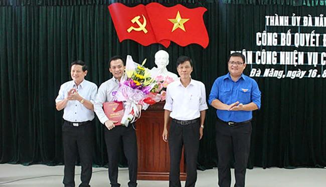 Ông Nguyễn Bá Cảnh (người cầm hoa) tại buổi công bố quyết định