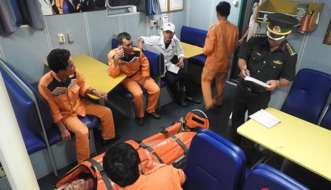 Ngư dân Bùi Đình Linh bị tời cuốn đa chấn thương trong tình trạng nguy kịch được tàu SAR 412 và ê kíp bác sỹ 115 Đà Nẵng cấp cứu đưa vào bờ an toàn