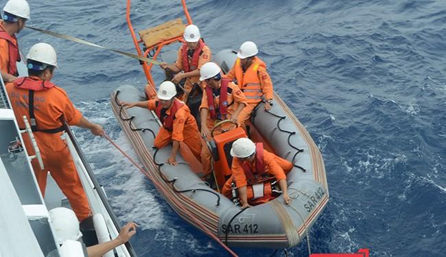 Tàu SAR 412 thả xuồng cứu nạn để tiếp cận tàu QNa 95717 TS