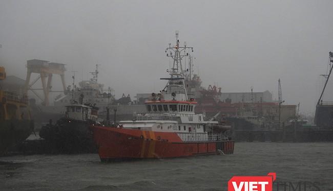 Tàu SAR412 cứu thành công 11 ngư dân và tàu cá bị nạn khi di chuyển trách bãi số 10