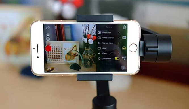 Việc nâng cấp thêm một số phụ kiện sẽ giúp smartphone có thể quay phim tốt hơn, không thua kém máy quay chuyên nghiệp.