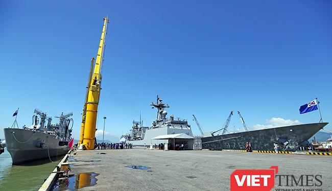 Đội tàu Hải quân Hàn Quốc gồm tàu khu trục tên lửa ROKS Kang Gam Chan (DDH-979) và tàu hậu cần ROKS HWACHEON (AOE-59) tại cảng Tiên Sa (Đà Nẵng)