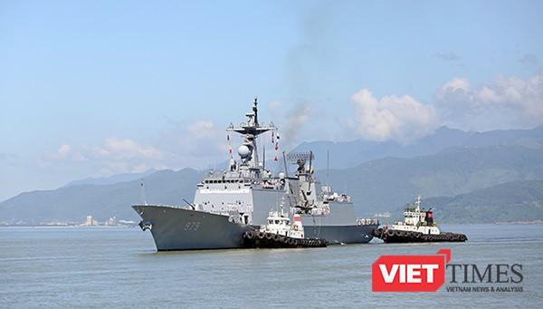 Tàu khu trục tên lửa ROKS Kang Gam Chan (DDH-979) trên vịnh Đà Nẵng