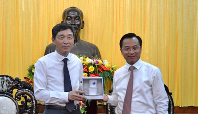 Bí thư Thành ủy Đà Nẵng Nguyễn Xuân Anh và Đại sứ Hàn Quốc tại Việt Nam Lee Hyuk tại chuyến thăm và làm việc tại Đà Nẵng (ảnh Thái Hà-danang.gov.vn)