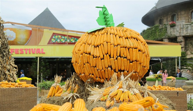 """Diễn ra từ ngày 1/10-31/10/2017, lễ hội Halloween tại Sun World Ba Na Hills với chủ đề """"Xứ sở thần tiên"""" sử dụng hơn 10 tấn bí, ngô, táo để đem đến cho du khách những trải nghiệm khác lạ."""