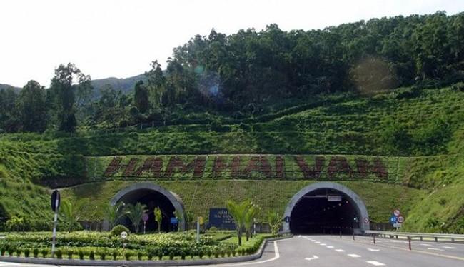 Sau hơn 10 năm đưa vào khai thác, hầm đường bộ dài nhất Đông Nam Á-Hầm Hải Vân xuất hiện nhiều vết nứt khiến người và phương tiện tham gia lưu thông qua hầm lo lắng (ảnh hamadeco)